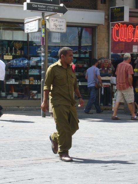 A reserve solder on Ben-Yehuda street in 2007 (Seth Frantzman)