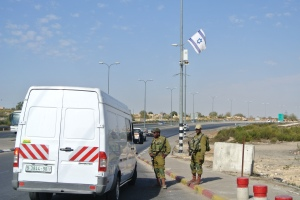 Soldiers checking vehicles at Etzion junction (Seth J. Frantzman)